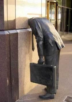 Conheça as estátuas mais estranhas do mundo - Cabeça na parede (Foto: Divulgação)