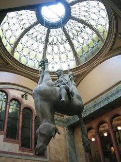Essa escultura pode soar até muito confusa (Foto: Divulgação)
