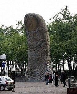 O dedo gigantesco é meio inusitado (Foto: Divulgação)