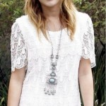 Miley Cyrus usando vestido de renda