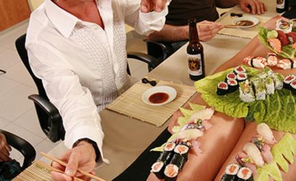 A pessoa pode virar um prato para servir o sushi (Foto: Divulgação)