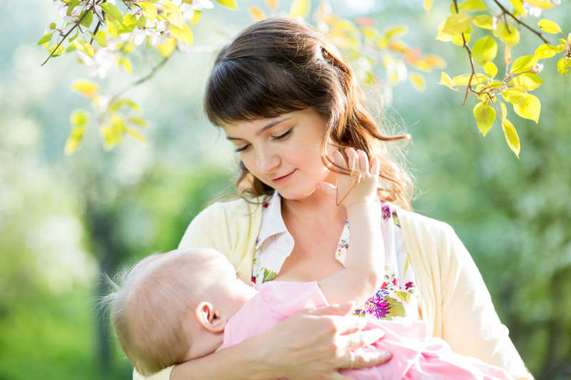 A posição que a criança fica pode causar dores no seio ao amamentar (Foto: Ilustração)