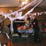 Com teias de aranha, móveis pretos e pouca luminosidade o ambiente da festa de Halloween fica perfeito. (Foto: Divulgação)