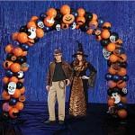 Um arco com balões também pode ficar ótimo em sua festa de dia das bruxas para que os convidados façam nele suas fotos. (Foto: Divulgação)