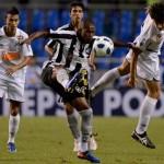 Para assumir a liderança, Botafogo visita o Santos na Vila