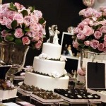 Mesa do bolo com docinhos decorados em marrom