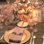 Flores, pratos, e acessórios em harmonia