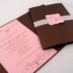 O convite dos convidados em rosa e marrom são um verdadeiro escanda-lo (Foto: Divulgação)