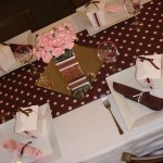 Toalha de bolinhas marrom com rosa