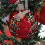 Outro modelo decorado de bolinha para árvore de Natal. (Foto: Divulgação)
