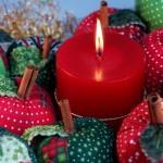 Verde e vermelho da decoração natalina numa composição com velas