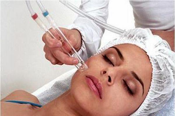 Limpeza de pele por sucção para eliminar cravos e espinhas