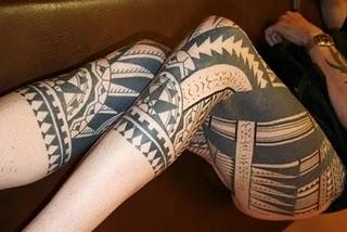 Mulher com as duas pernas tatuadas ao estilo maori. (Foto: divulgação)