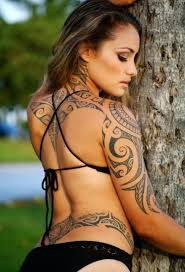 As mulheres também são adeptas dos desenhos maori. (Foto: divulgação)