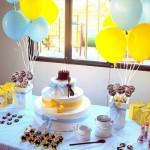 Mesa principal com o bolo e muitos doces. (Foto: Divulgação)