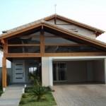 O vidro é uma combinação perfeita com a madeira na fachada da casa