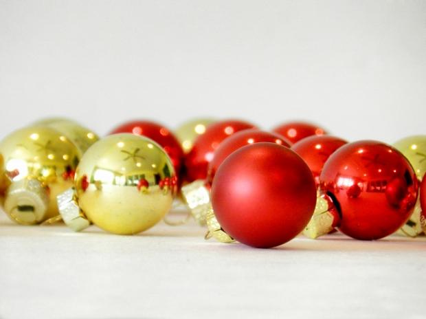 Bolas coloridas dão um toque especial na árvore (Foto: Divulgação)