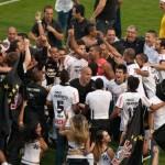 Jogadores do Corinthians comemoram o título no gramado do estádio do Pacaembu. (Foto/Divulgação)