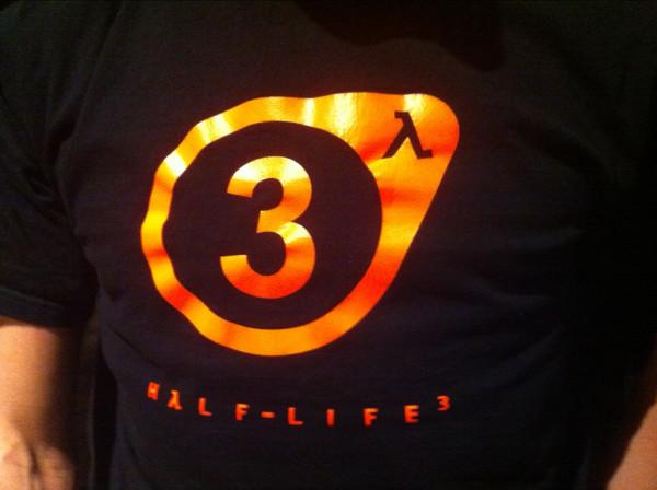 Funcionário utiliza camiseta de Half-Life 3 durante evento para desenvolvedores (FOTO: REPRODUÇÃO)