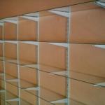 Podendo ser feita sob medida, a estante de vidro é uma solução para certos espaços.  (Foto: Divulgação)