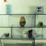 A estante de vidro pode ser combinada com qualquer material.  (Foto: Divulgação)