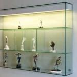 A estante de vidro é resistente e versátil na decoração. (Foto: Divulgação)