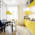 Em contraste com uma mobília amarela, um papel de parede monocromático.  (Foto: Divulgação)