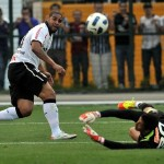 Adriano finaliza para marcar o gol da virada corintiana sobre o Galo. (Foto/Divulgação)