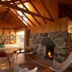 A lareira completa o efeito rústico da casa de madeira. (Foto:Divulgação)