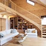 Uma linda escada de madeira liga os pisos. (Foto:Divulgação)