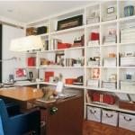 Um charmoso escritório com estante vazada.