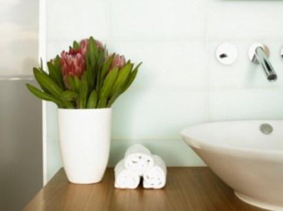As plantas acrescentam charme na decoração do banheiro.