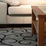 Um modelo moderno de tapete estampado e monocromático.
