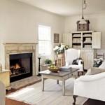 Uma sala com móveis claros e tapete branco, transmite um ar de suavidade.