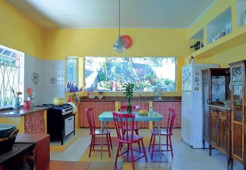 Cortina na pia da cozinha é barata, simples e aconchegante.