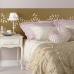 Cores suaves e mobília antiga  reforçam o estilo romântico.