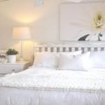 O uso do branco e dos motivos florais invocam o espírito romântico.