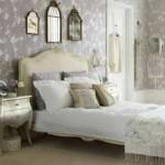 Papel de parede estampado para decorar o quarto romântico.