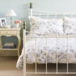 A cama é o destaque da decoração romântica no quarto de casal.