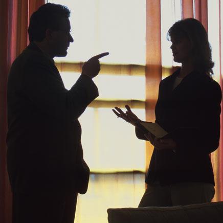 Discussão no trabalho (Foto: Divulgação)