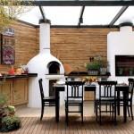 Espaço reservado para churrasco decorado com móveis de madeira