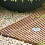 Decks de madeira combinam com pedras naturais