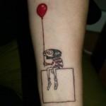 Tatuagem da garotinha segurando o balão (Foto:Divulgação)