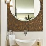 Esplore o espelho e as cores claras na decoração.