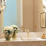A torneira dourada torna o lavabo mais sofisticado.