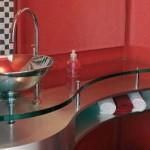 O vidro é um material bem-vindo no lavabo.
