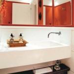 Cores vivas também podem marcar presença no lavabo.