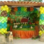 Os enfeites e balões não podem faltar na festa com tema Fazendinha.