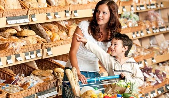 Se você souber impor limites ao seu filho, poderá fazer compras com ele tranquilamente. (Foto: Divulgação)