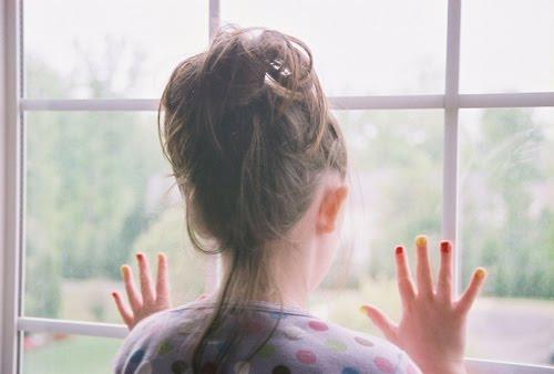 Olhando o vazio pela janela (Foto: Divulgação)